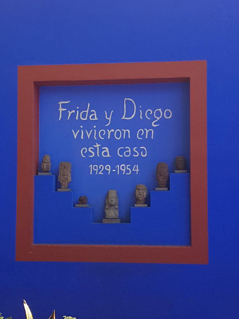 """Wall painting stating; """"Frida y Diego vivieron en esta casa 1929 - 1954"""""""
